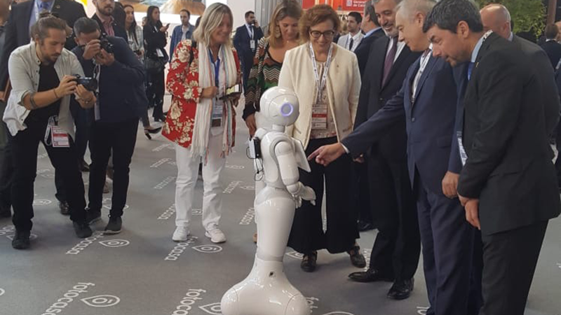 Personas interactuando con el robot de BeCorp en el Barcelona Meeting Point - BMP 19